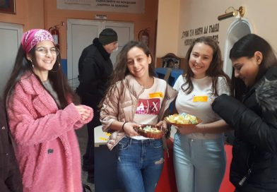 Ученици от Езиковата в Ловеч подаряваха прегръдки и късметчета с послание